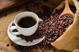 Come viene eliminata la caffeina dal caffè decaffeinato?